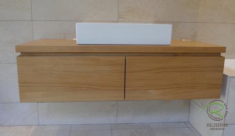 Massivholzwaschtischunterschrank in Eiche massiv lackiert, auf Gehrung gefertigt mit integriert, Griffleiste, 2 Schubladen Blum Legrabox weiß, Aufsatzplatte 40 mm stark
