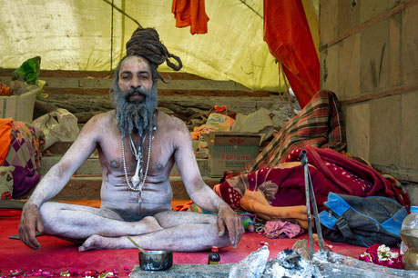 Ein nakter Sadhu in Varanasi zu Besuch