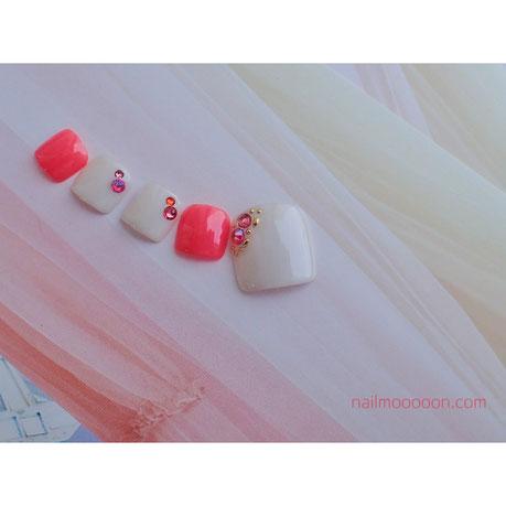 ベージュとピンクのフットネイル
