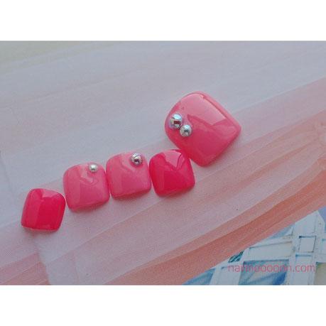 ピンク×ピンクの華やかな組み合わせのフットネイル