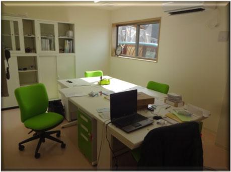 事務室は玄関に接し、人の出入りも視界に納め施設の安全安心も常時管理しています。