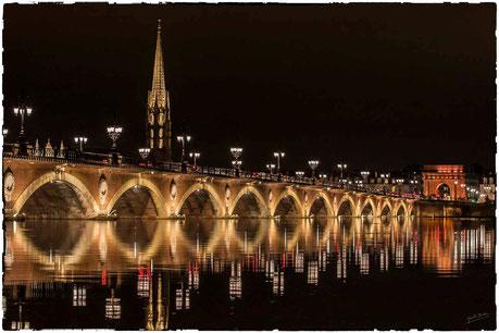 Pont de pierre à Bordeaux, reflet à marée haute, porte de bourgone