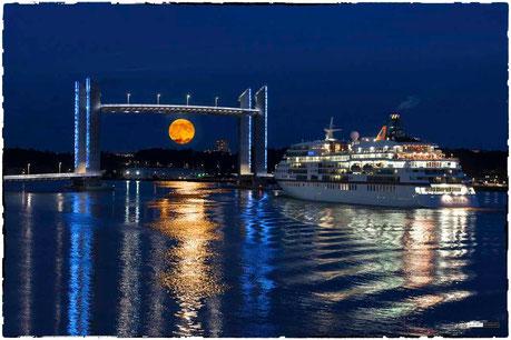 Bordeaux, pont Chaban Delmas levé avec la pleine lune, le bateau part du port