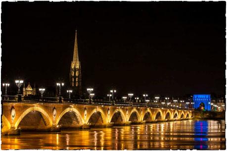 Pont de pierre à marée haute, Église saint Michel, la porte de Bourgogne en bleue
