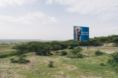 Auch in ländliche Regionen Afrikas wie hier in Äthiopien ist die Werbung globaler Softdrink-Anbieter präsent.