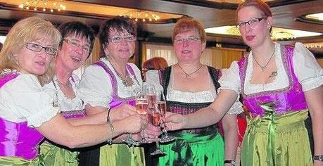 Alle Blicke auf sich zogen die feschen Landfrauen Ingrid Thomas aus Reilos, Britta Kersch aus Mecklar, Heidi Curth aus Meckbach und Elvira Bowien aus Reilos mit ihrer Tochter Sylvia Göbel, die in Rohrbach wohnt (v.l.).