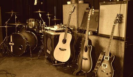 Konzertbühne mit Schlagzeug, Gitarren und Gitarrenverstärker