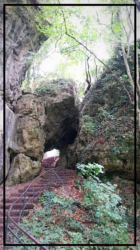 Treppenstiegen im Karstplateau an der Kakushöhle