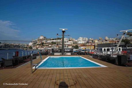 Der recht große Swimmingpool auf dem Sonnendeck