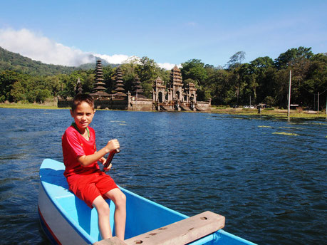 Boottocht op het Tamblingan meer in noord Bali