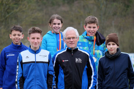 """die erfolgreichen """"Langstreckler"""" Christian, Tim, Juli, Finn und Julius mit Trainer Gunter"""