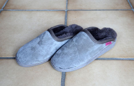 Pantoffel aus Lammfell mit fester Sohle