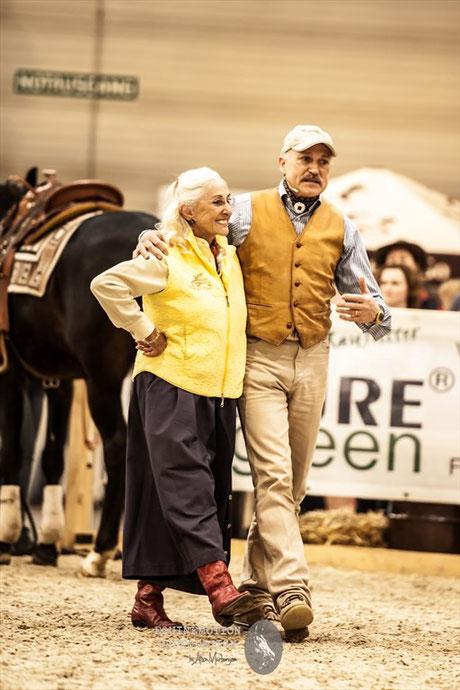 Zwei Größen der Reiterszene Arm in Arm: Linda Tellington-Jones und Peter Kreinberg