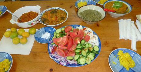 左よりキーマカレー、野菜カレー、ホウレン草カレー、かぼちゃのカレー