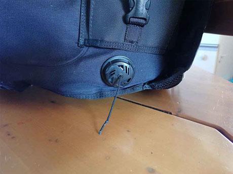 背中の右下にある紐も引っ張ると空気が抜けます。体が水平でも空気が抜けます