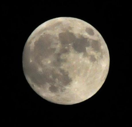 中秋の名月で、明日はスーパームーンでブルームーンの今年最大の満月!