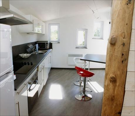 Cuisine avec frigo/congélateur, lave-vaisselle, micro-ondes...