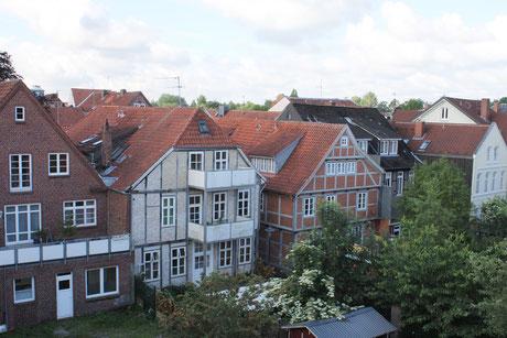 Blick aus dem Zimmer drei auf Fachwerkhäuser