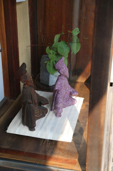 (左側)後藤家伝来「柿本人麻呂像」、(右側)「Aurora 柿本人麻呂像」齊藤寛之作/木・ビーズ