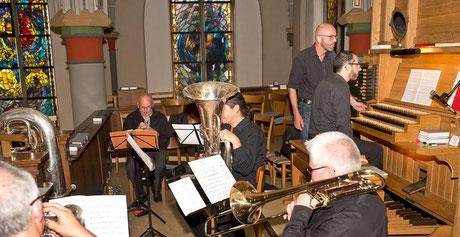 International Brass & Giovanni Solinas auf der Orgelempore von St. Pantaleon in Jüchen-Hochneukirch am 11.07.2017 - Foto: Georg Salzburg