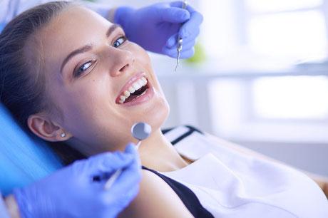 Regelmäßige Professionelle Zahnreinigung erhält die Zähne länger hell. Individuelle Beratung in der Zahnarzt-Praxis Gregorek.