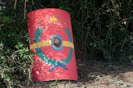 scutum imperial escudo romano imperial escudo laminado roblears scutae escudo romano scutum imperial escudo rectangular scutum rectangular roble laminado umbo hierro pintura caseina