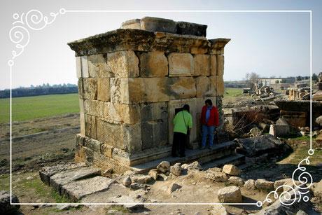 Mehr als 1200 Gräber liegen vor dem Nordtor von Hierapolis. Sie gehören zu der größten antiken Totenstadt in Kleinasien.