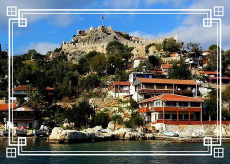 """Kaleköy (türkisch für """"Burgdorf"""") ist ein kleiner Ort in der türkischen Provinz Antalya, erbaut auf den Resten der antiken Stadt Simena."""