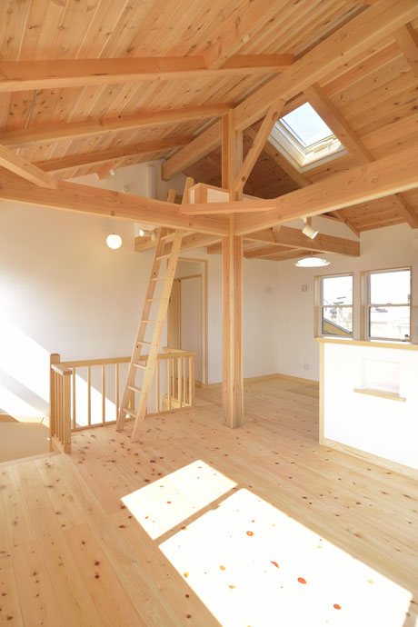 高台見晴しの家のリビングは無垢の木の現し