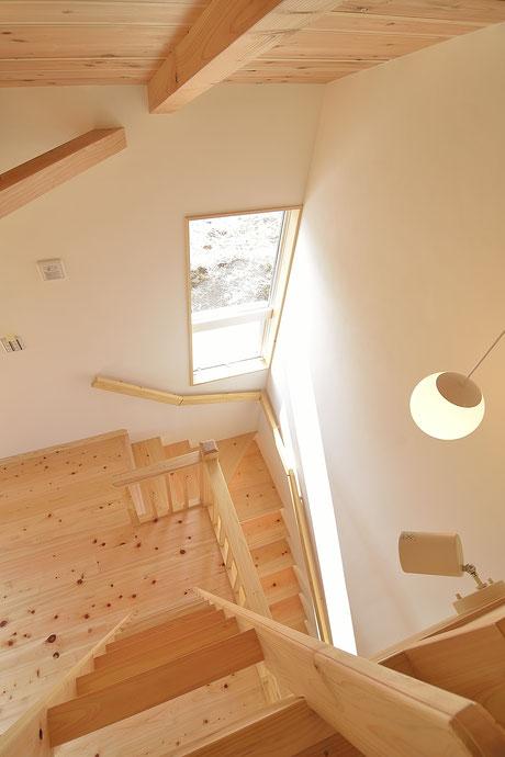 高台見晴しの家は階段まで無垢の木を感じられる