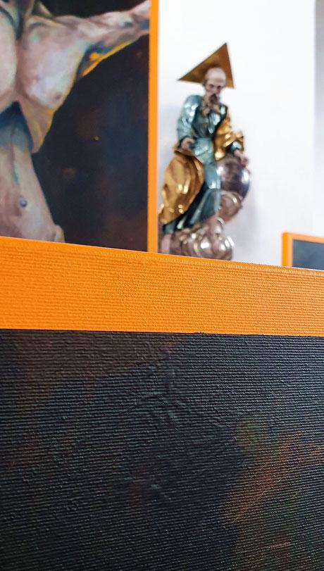 Verlassen Raoul Rossmy Atem Christus Bad Endorf Ausstellung Orange Sakral Kirche Isolation allein Kreuzigung modern Kunst RRMR Chiemsee