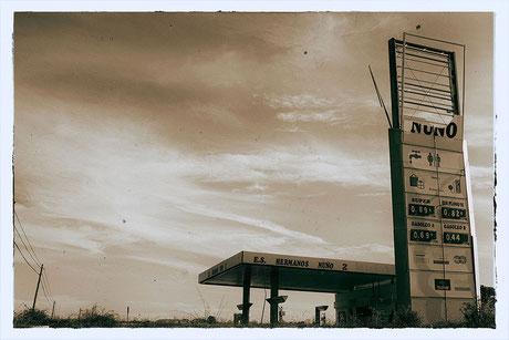 gasolinera, photoshop, fotografía analógica, paisaje, ruina, cables, invierno, abandono