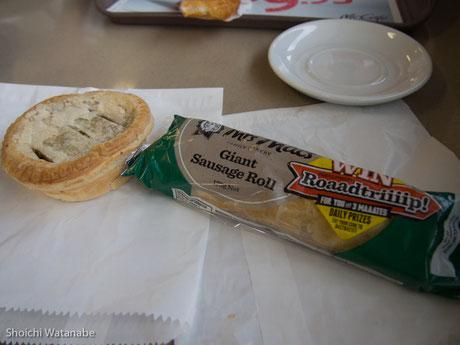 マクドが嫌だったのでカレーのパイとソーセージロール。これで7ドル・・・