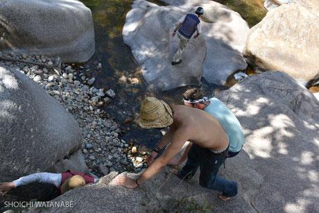 途中、岩場をよじのぼらないといけないところで手伝ってもらいました。