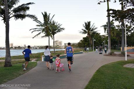 海沿いの道をランニング、というこれぞオーストラリアな光景