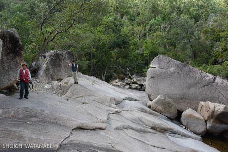 70歳吉見さんも岩をよじのぼってついてきます。凄い。