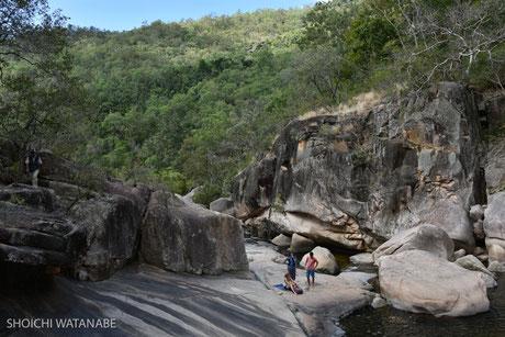 岩場がなかなか壮観ですね。女の子メンバーは途中でお留守番。
