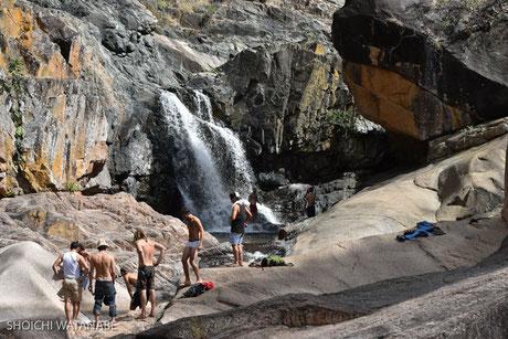 女の子たちが行けないような岩場を越えた男たち。
