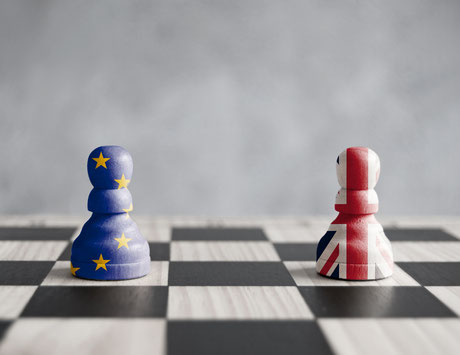 Schachfiguren mit Union Jack und EU Fahne, Auswirkungen des Brexit auf das Zollrecht