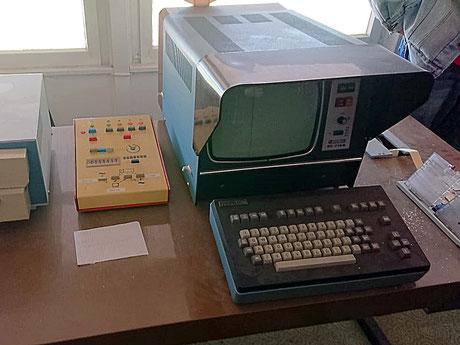 Das Gehirn der Anzeigetafel ist der Steuercomputer in der Steintribüne.