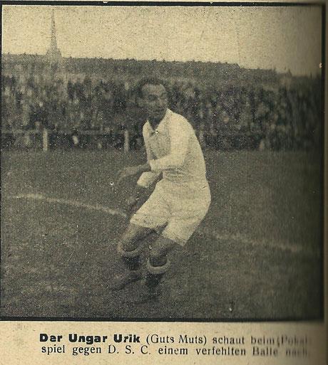 Guts Muts ungarischer Nationalspieler József László Urik (11. Juni 1897 - 1972) im Spiel gegen den DSC (3 Länderspiele). Aus: Kampf - Zentralorgan Mitteldeutscher Sportsleute, Jg. 3.