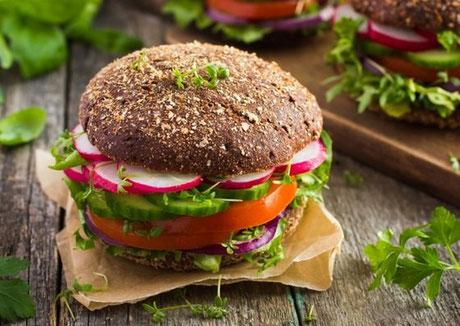 Ernährungscoaching, gesunde Ernährung, Vegetarisch belegtes Vollkornbrötchen.