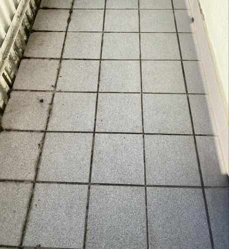 defekter Fliesenbelag auf dem Balkon- eine Balkonsanierung ist nötig