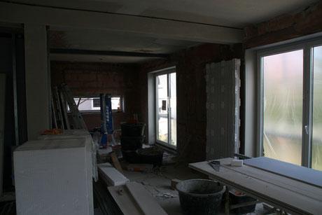 Kernsanierung , statische Abfangungen , Maurerarbeiten , neue Fensterlaibungen, verkleidete Stahlträger , neue Raumaufteilung , Bodentiefe neue Fenster , neuer Bodenaufbau , Baustelle Maurer und Stuckateur und Planung MADEJA - DIE HAUSGESTALTER