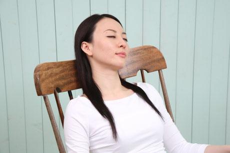 椅子に座りリラックスする女性