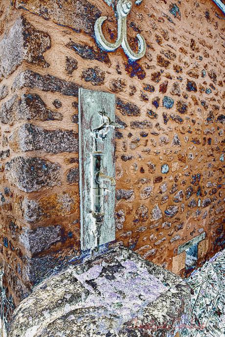 Pompe à main avec évier en pierre pour recueillir l'eau du puits