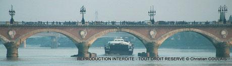 Péniche AIRBUS sous le Pont de Pierre, Bordeaux, Gironde