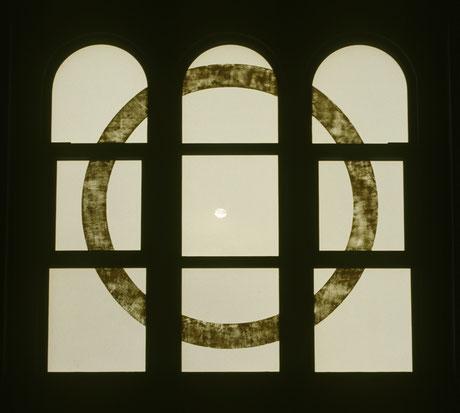 Ostfenster mit gelbem Ringbild im Kreuzrahmen. Kreis, Unendlichkeit, Vollkommenheit, Ring, Sonne, Hostie, Christus.