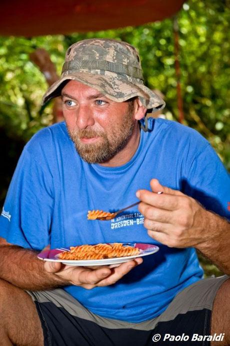 Thomas Tonicello - un meritato piatto di pasta cucinato da Paolo Baraldi dopo 6 dure ore di marcia nella giungla