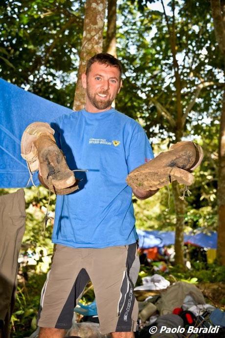 """Thomas con gli scarponi distrutti dopo la """"camminata"""" di 6 ore"""
